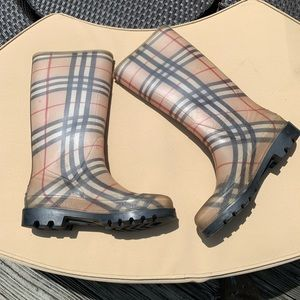 Burberry rain 🌧 Boots ❤️